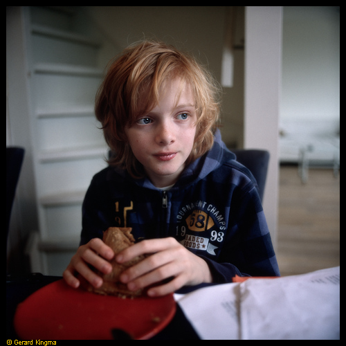 Daan met tosti - Boy with red hair eating toasted sandwich
