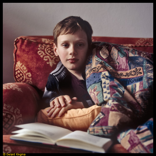 Jelle op de bank - Boy reading on the couch